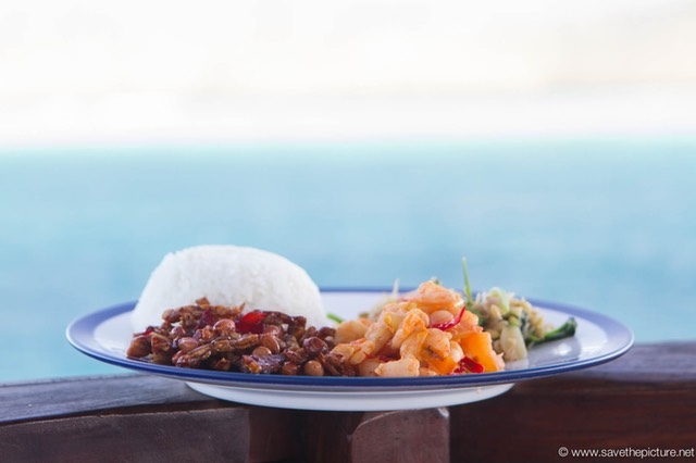 Flores cruise seafood luch with a tropical view