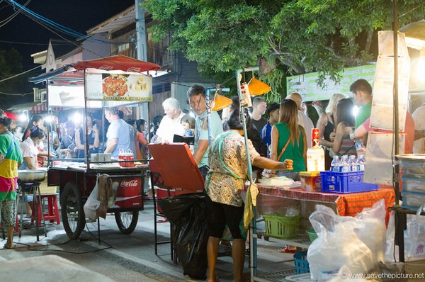Busy foodstalls at the Lamai Night Market